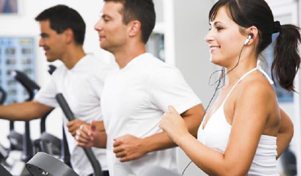 3 personas en un gimnasio usando cintas de correr