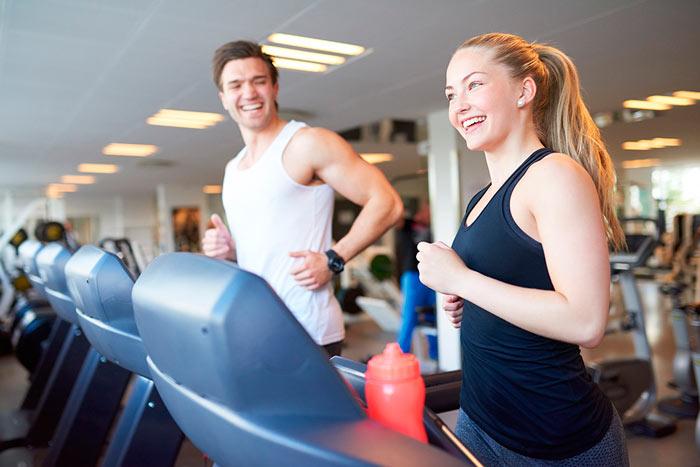adelgazar-cinta-de-correr-pareja-ejercicio-intervalos