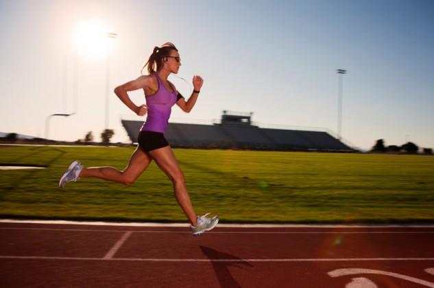 Corredora entrenando en pista de atletismo